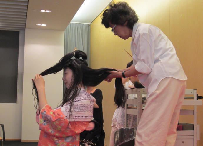 遊女のヘアスタイル「横兵庫」実演